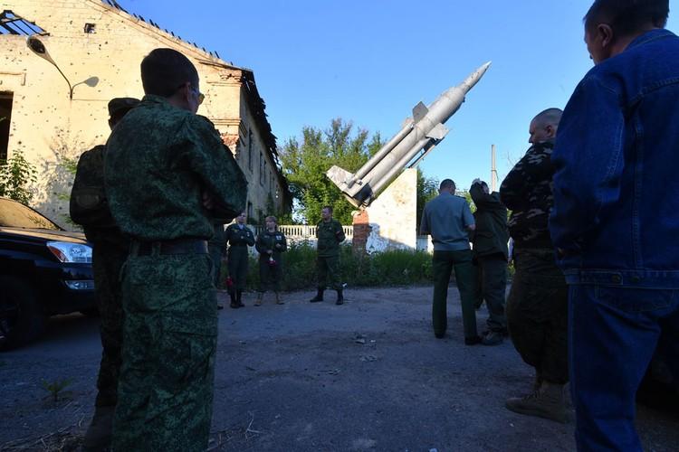 Вдалеке над улицей видна ракета. А вокруг много военных. Вот оно - секретное оружие ДНР! Подхожу ближе, оказывается, это и правда ракета. Но памятник 60-х годов на бетонном пьедестале в бывшей военной части