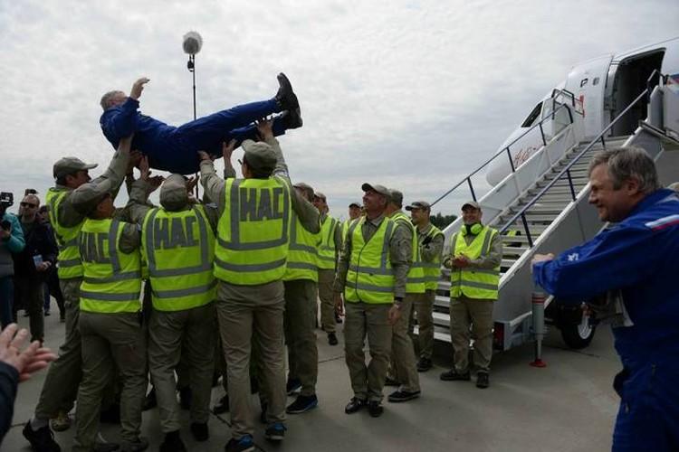 Встреча экипажа после первого полета. Фото: официальная страница Дмитрия Рогозина в соцсетях