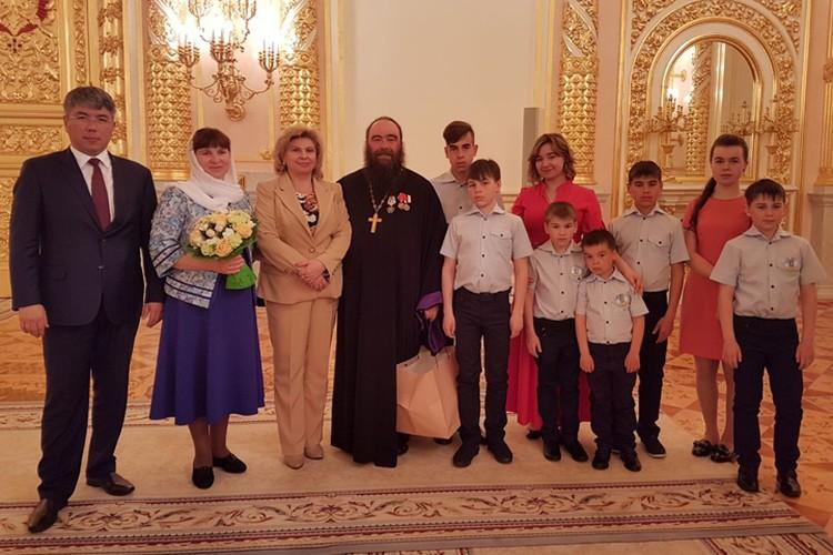 С Главой Бурятии Алексеем Цыденовым (слева) Фото: личный архив семьи Седуновых.