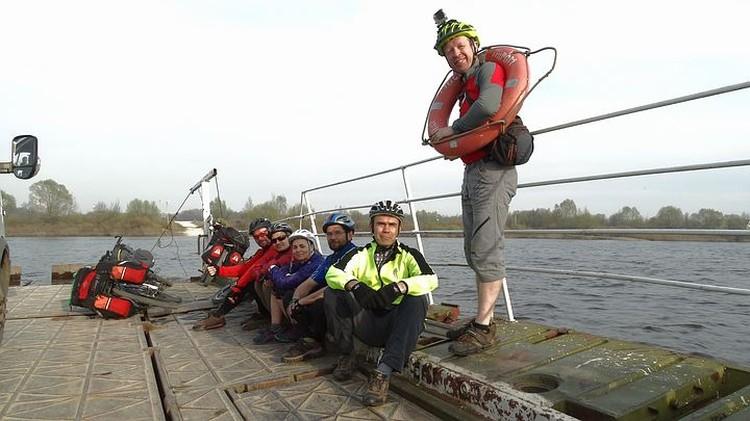 Велосипедистам пришлось пересекать Оку на пароме. Фото: Сергей СЕМАФОРОВ.