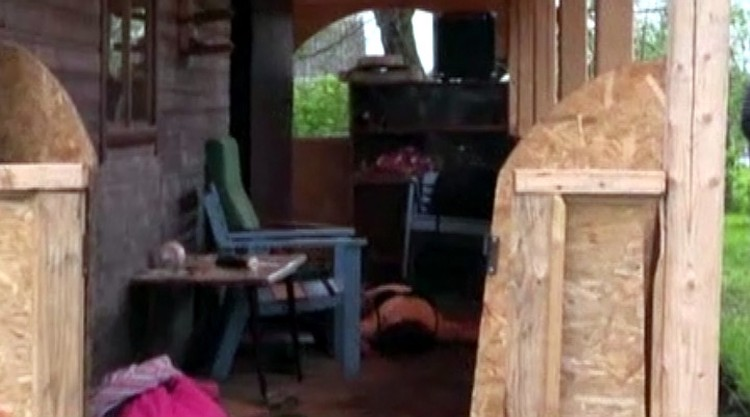 Одна из жертв на полу веранды. Фото: кадр с видео телеканала ТВ