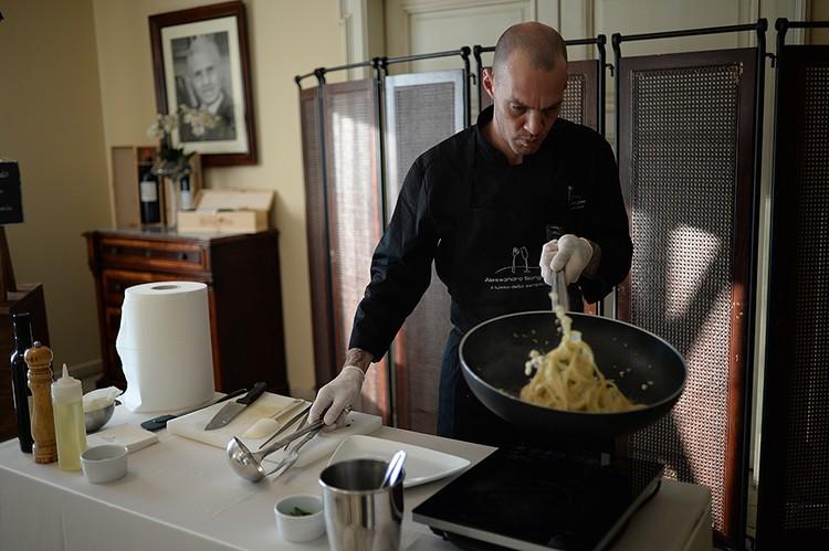 Шеф-повар Алессандро Боргезе готовит спагетти Алла Китара