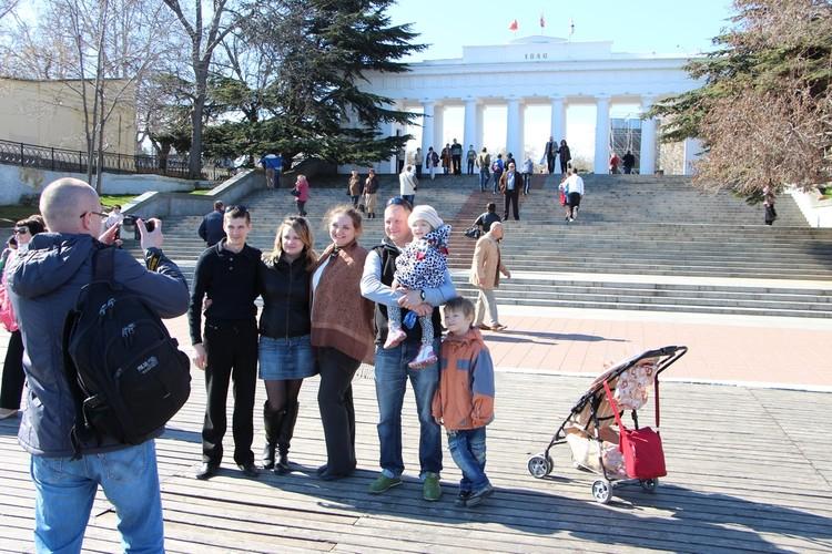 По официальным данным, население Севастополя увеличилось с 383 тысяч человек весной 2014 года до 430 тысяч человек сейчас.