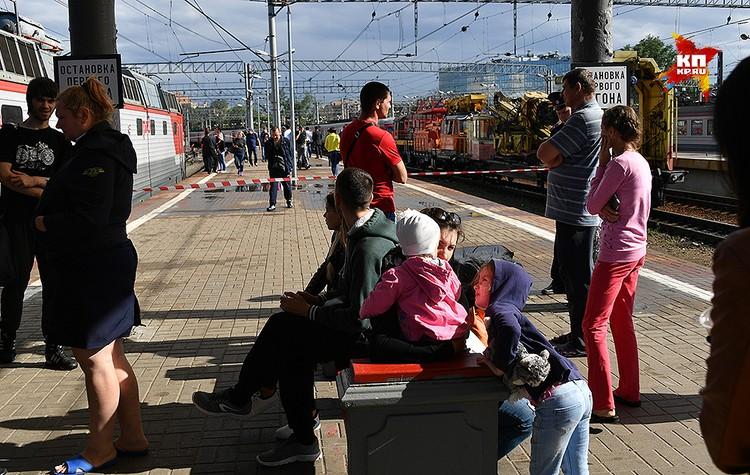 Пассажиры на платформе Курского вокзала.