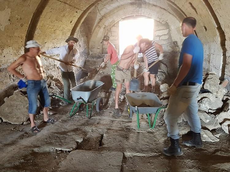 Волонтеры на расчистки Голубых ворот. Фото: Фонд Археологии