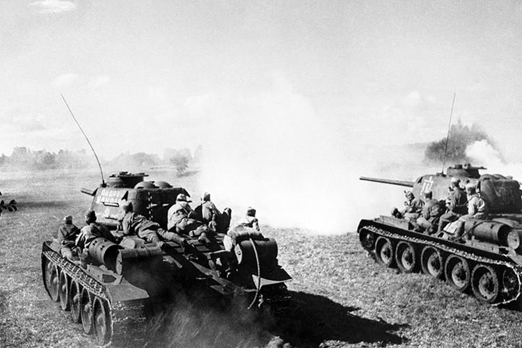 Польша, осень 1944 года. Подразделение танков Т-34 с десантом на броне в атаке. Фото Марка Редькина /Фотохроника ТАСС/