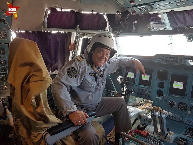 Члены экипажа «вскладчину» обмундировали нашего корреспондента в летную форму и даже позволили посидеть в кабине на командирском месте