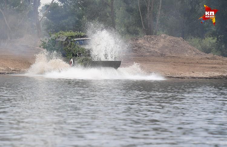 Гусеничный плавающий транспортер ПТС-2. Предназначен для переправы автомобилей, грузов, личного состава.