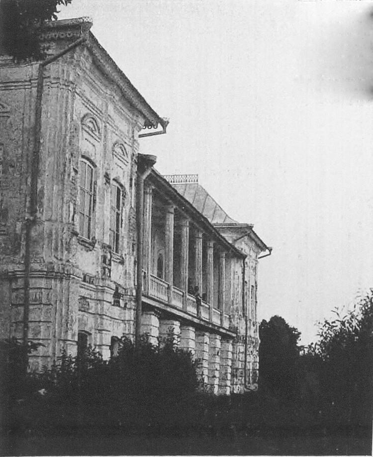 Постройку Белого дома относят ко времени появления в Исадах князя Ивана Ивановича Долгорукова
