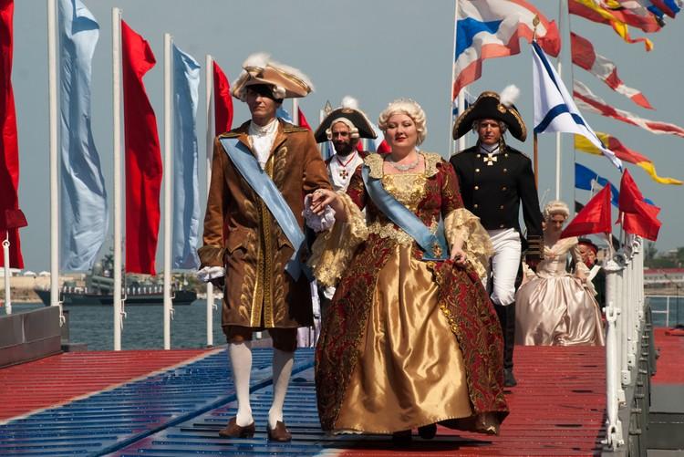 Колоритным было появление Екатерины Великой, которая высадилась из огромного деревянного корабля.