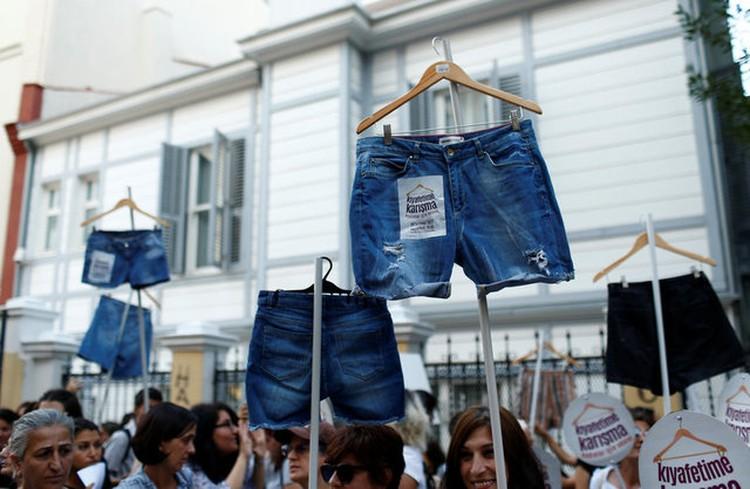 Женщины Стамбула отстаивали своё право на джинсовые шорты