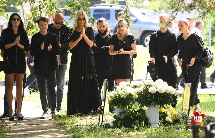 Аплодисменты у могилы Олега Яковлева.