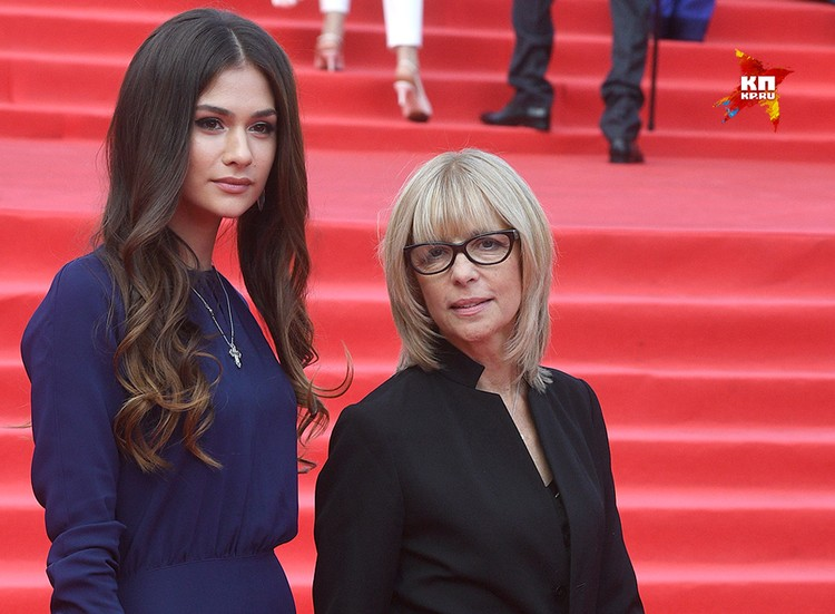 Вера Глаголева и ее дочь Анастасия Шубская перед началом церемонии открытия 39-го Московского международного кинофестиваля, июнь 2017 года.