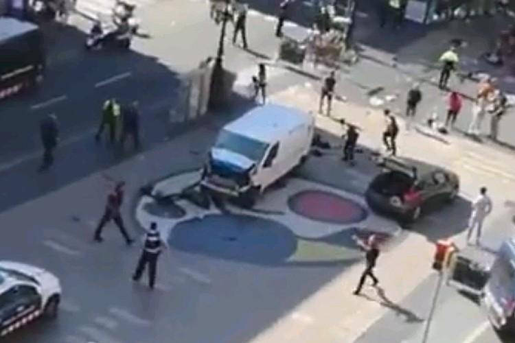 Микроавтобус террористов, окруженный полицейскими. Водителю и пассажирам удалось сбежать.