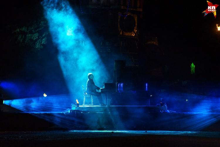 Потрясающим контрастом стала «Лунная соната» в исполнении известного музыканта Юрия Розума.