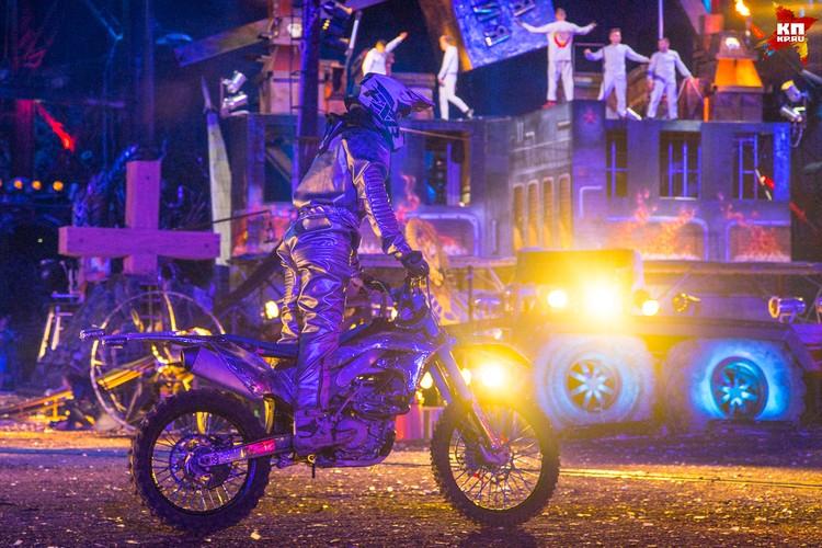 Каскадеры-мотоциклисты показали класс во время фристайла. Публика смотрела с замиранием сердца: трюки были впечатляющие и опасные.