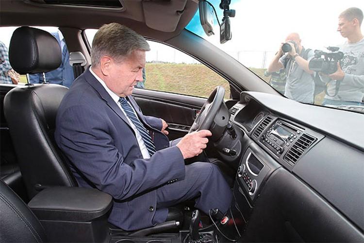 Вице-премьер Владимир Семашко: «Что на этой машине, что на Audi A8 – не почувствовал никакой разницы». Фото: Совмин РБ.