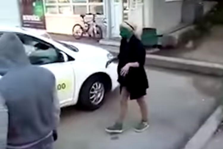 Таксиста из Хабаровска, заставившего пассажиров без денег умыться зеленкой, проверит полиция