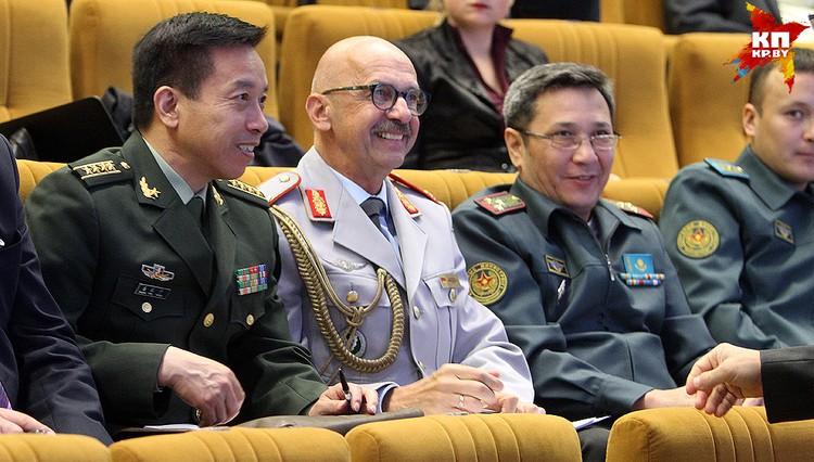 Наблюдать за учениями пригласили военных атташе из семи стран.