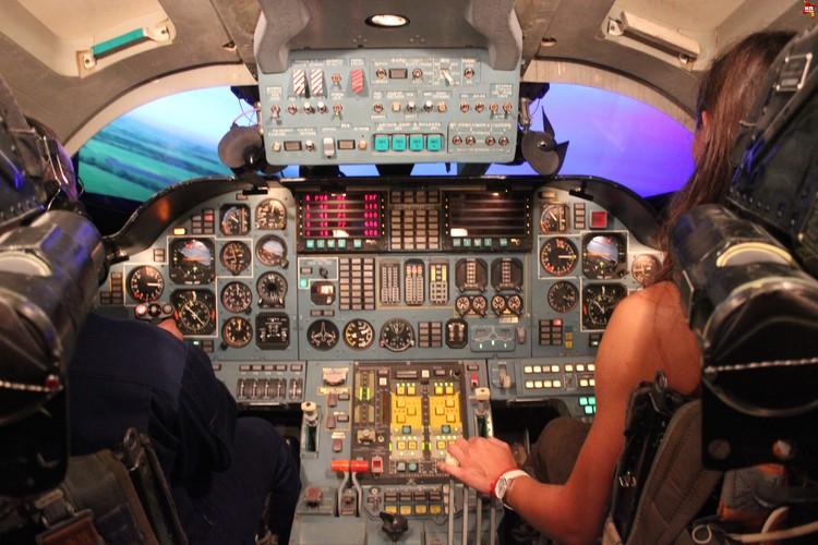 Авиатренажер, вид изнутри. Кабина такая же, как в Ту-160.