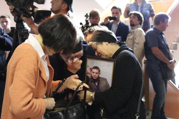Родственники приносят фотографии погибших