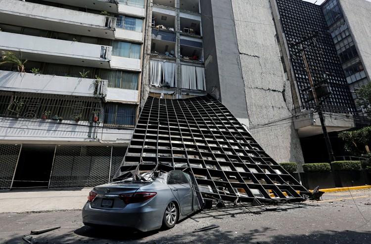 Сильный подземный толчок разрушил десятки зданий в Мехико