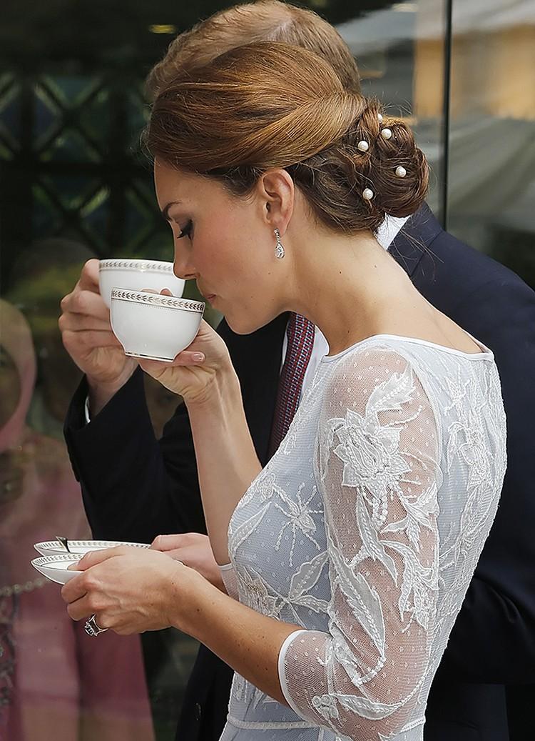 Чай могут подать не только за столом. В таком случае блюдце следует держать напротив груди