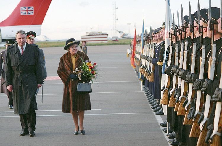 Королева Елизавета во время визита в Москву нарушила запрет на ношение меха. Фото Александра Неменова и Валерия Христофорова /ИТАР-ТАСС