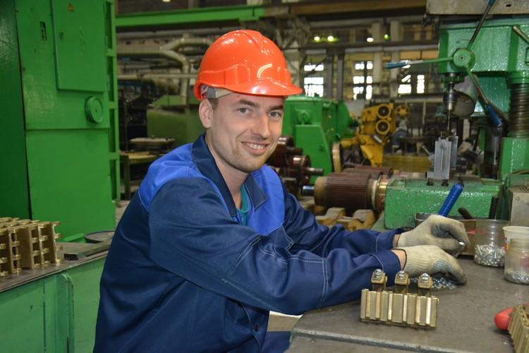 Александр Карлов собирает в Новосибирске щеткодержатели для приводных щитов белорусских БелАЗов. Норма - в день 16 деталей, на один щеткодержатель уходит полчаса.