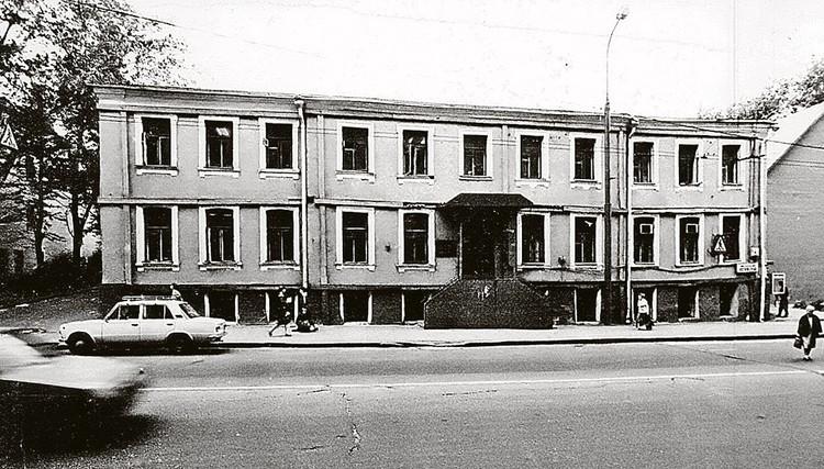 В 90-е усадьба Римских-Корсаковых (Остоженка, 4) была цела и почти невредима, она органично вписывалась в архитектуру улицы. Фото: ЦИГИ