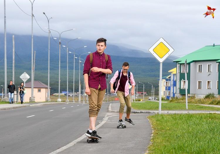 Улица Гидростроевская. После школы и на скейте покататься можно