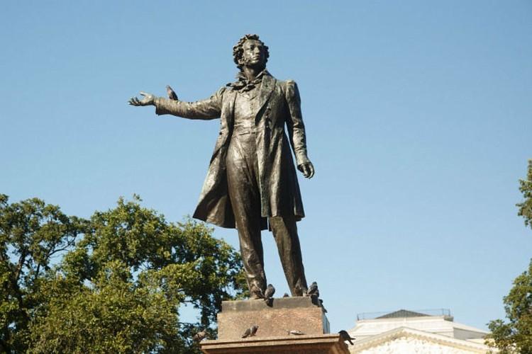 Памятник Пушкину, придуманный мастером, был установлен в 1957.