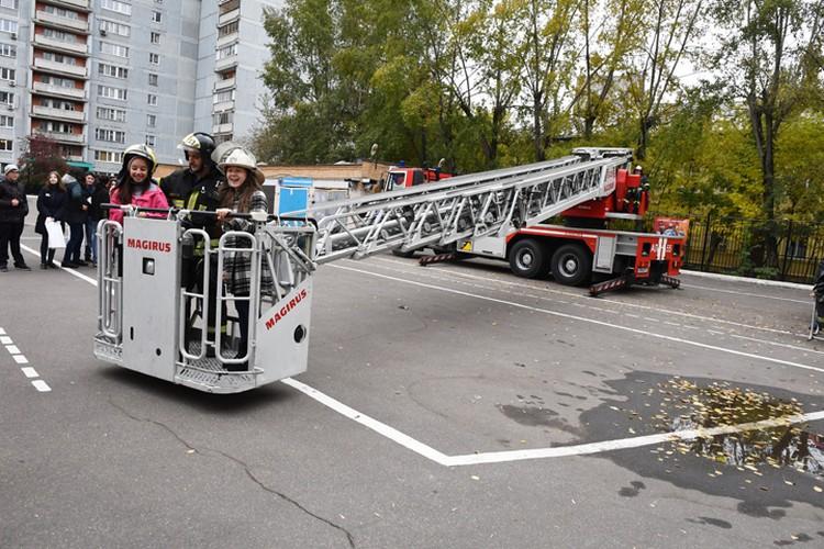 Ребята даже смогли прокатиться в люльке пожарной лестницы.