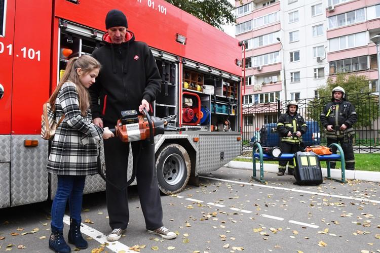 Детей обучили пользоваться специальной пожарной техникой.