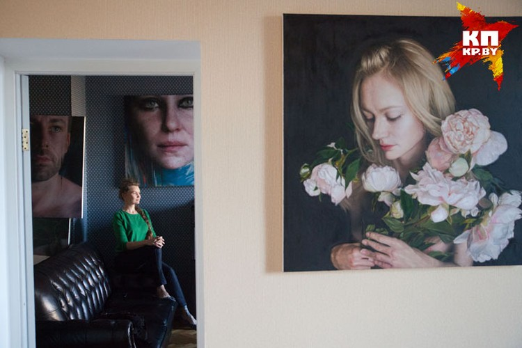 Виктория говорит, что ей больше нравится изображать мужчин - однако и женских портретов в ее коллекции немало.