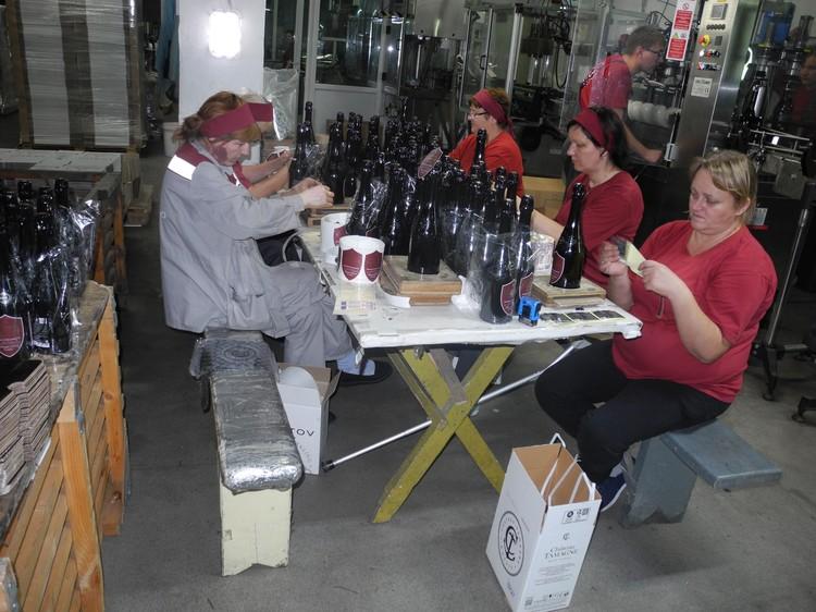 Наклейку этикеток на самое дорогое вино ограниченных серий не доверяют автоматике. Фото: Алексей БОЯРСКИЙ