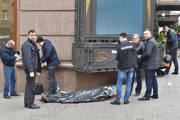 Сотрудники правоохранительных органов на месте убийства бывшего депутата Государственной думы РФ Дениса Вороненкова. Фото: Оскар ЯНСОНС