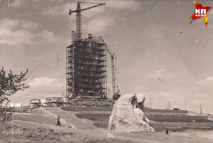 Братские могилы у подножья Родины-матери. Они еще не засыпаны и лестницы в другом месте. Май, 1964 г. Фото: Музей-заповедник «Сталинградская битва».