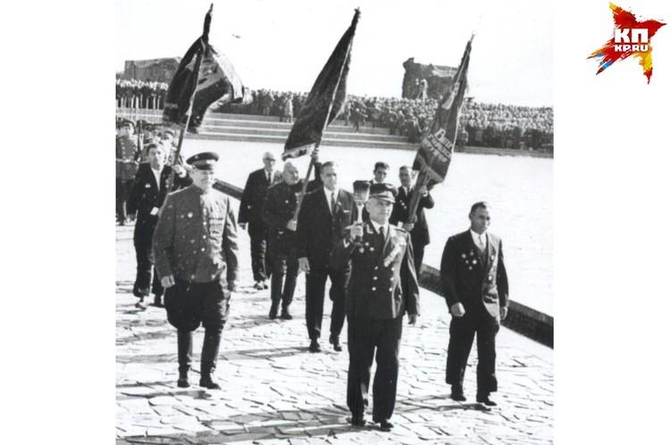 Сопровождали факел Иван Афанасьев, Василий Ефремов и Константин Недорубов. 15 октября 1967 года. Фото: Музей-заповедник «Сталинградская битва».