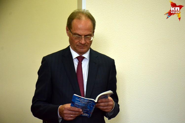 Во время процесса экс-губернатор изучал уголовный кодекс.