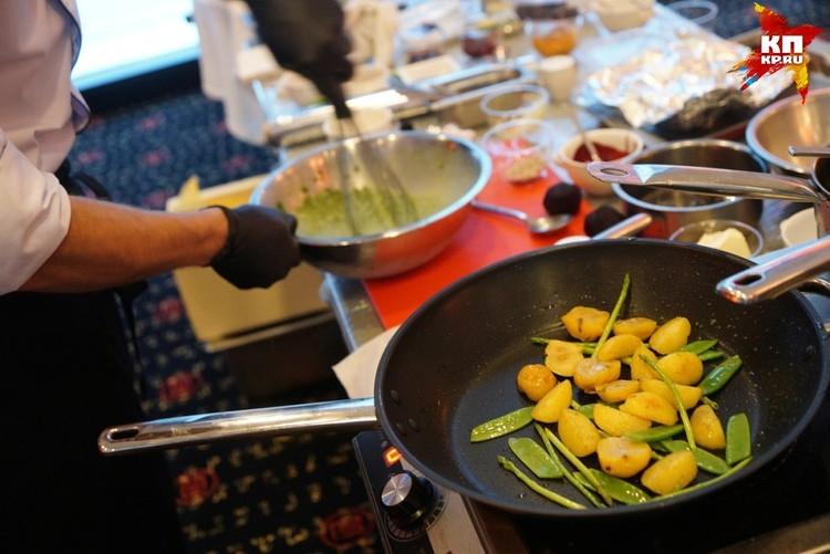 Жареный картофель с яблоками и горохом к цыпленку