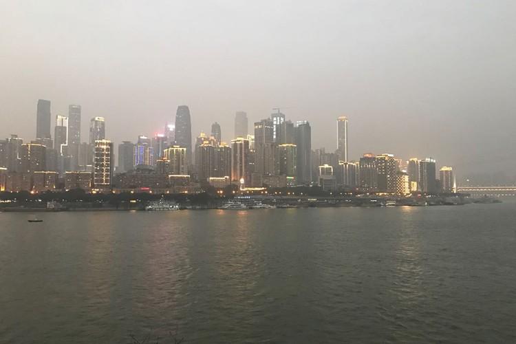 Тот самый город Чуньцин, в котором сейчас живет боле 40 миллионов человек. Фото: личный архив посла.