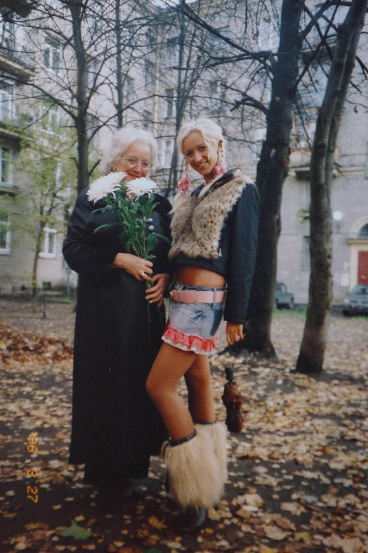 Ольга со своей учительницей английского Галиной Михайловой. Фотография сделана в 2005 году. Пересъемка фото: Александр ГЛУЗ
