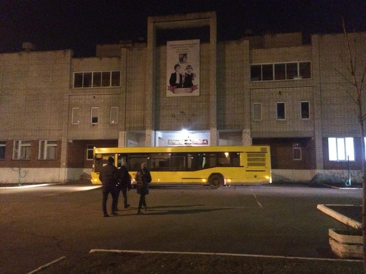 К школе №86 прибыли автобусы для эвакуации людей