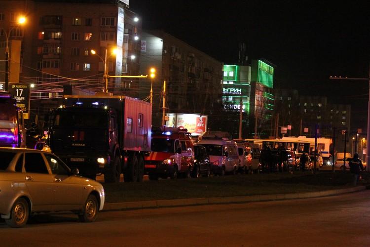 В настоящий момент на месте трагедии работают спасатели, полиция, скорая Фото: Дмитрий Селезнев
