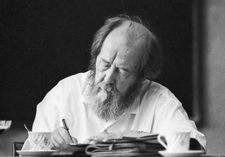 В лагерях Солженицын прочел безумное количество книг и начал писать
