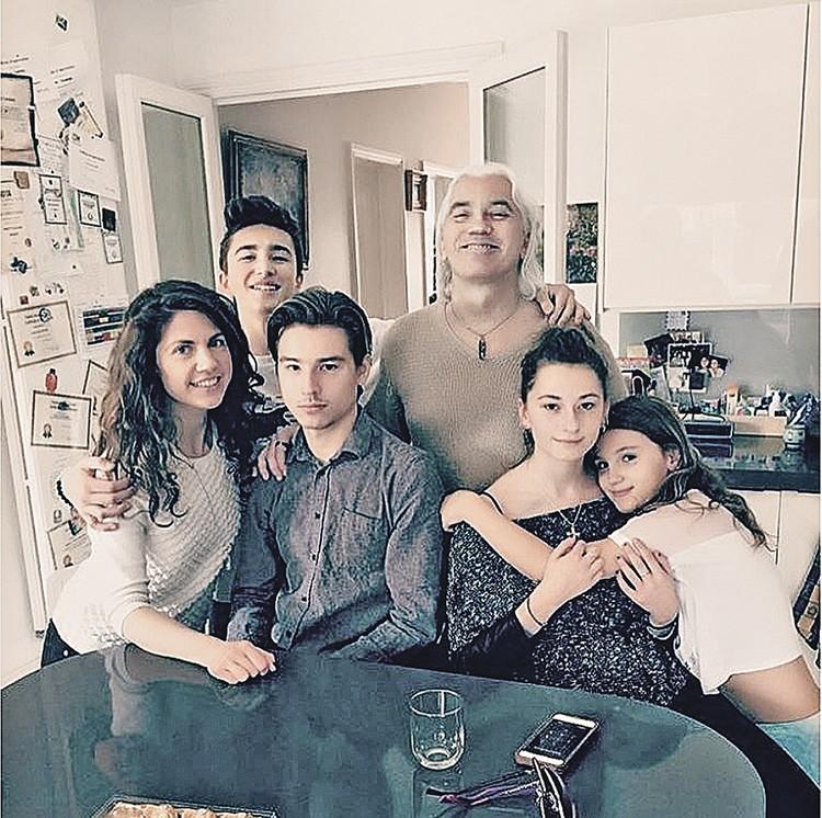 Счастливый отец с детьми (слева направо): Мария (дочь первой жены певца, которую он удочерил), 21-летний Данила и 21-летняя Александра (дети от первого брака с балериной Светланой Ивановой), 10-летняя Нина, во втором ряду - 15-летний Максим.