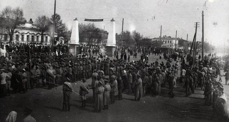 Парад частей Красной армии в Екатеринбурге в 1920 году. Фото: Госархив