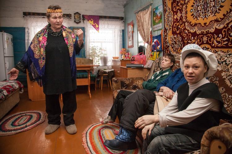 Валентина Павловна рассказывает обитателям своего приюта о том, как съездила на съемки в Москву