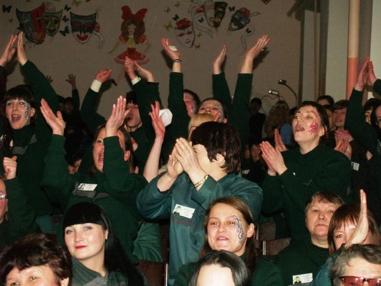 Группа поддержки сбивала с ног своими аплодисментами. В зале на 300 мест было 400 зрителей.